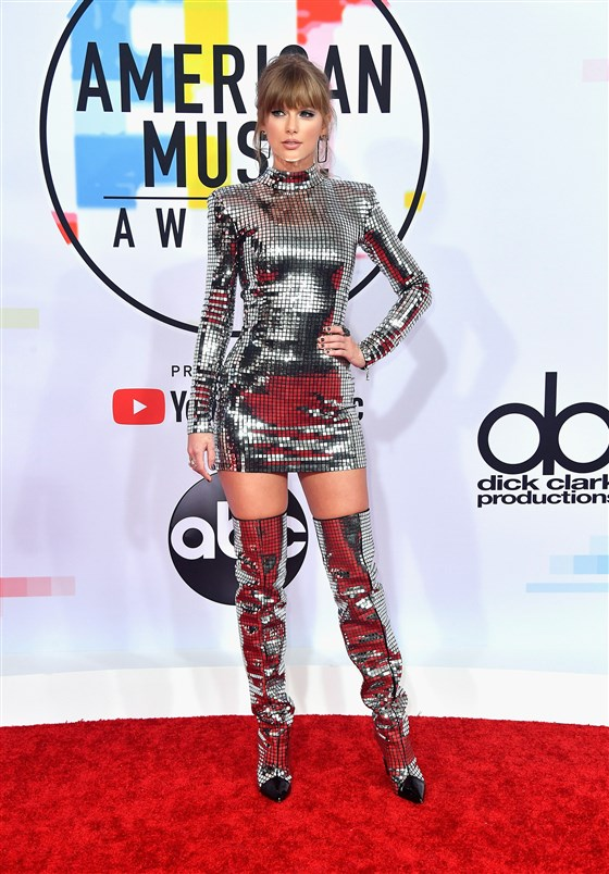 Tayor Swift en mini robe cocktal argenté fourreau à manche longue American Music Awards 2018